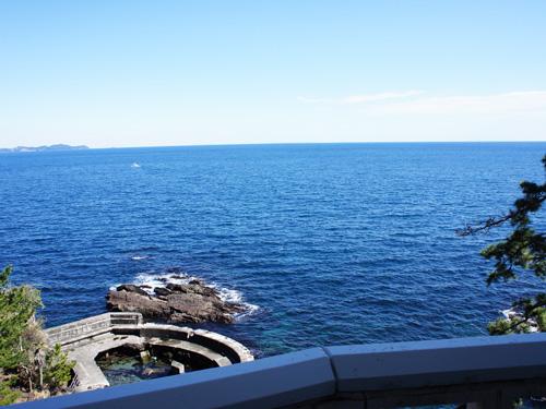 正面に海を望む