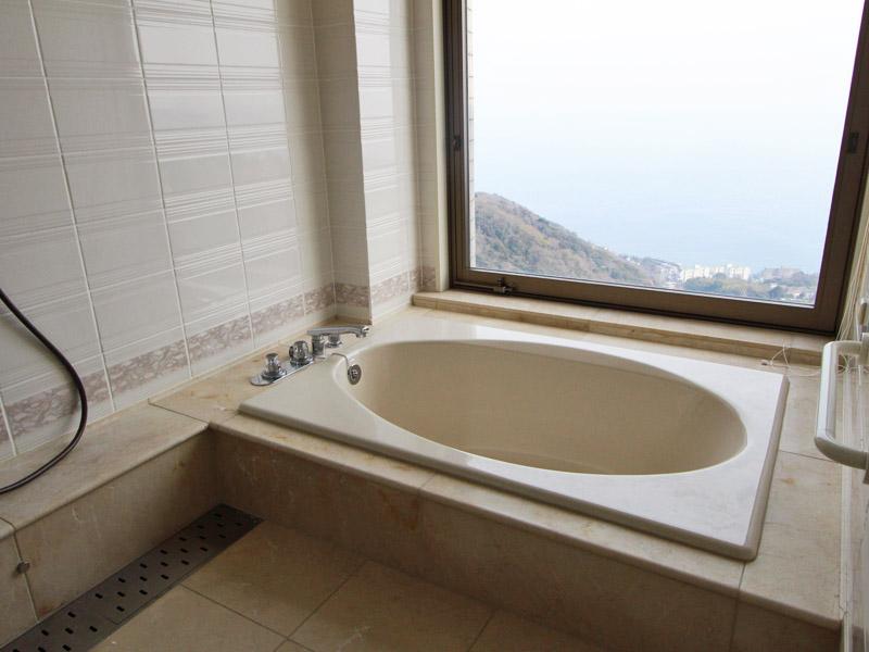 浴室から海望む
