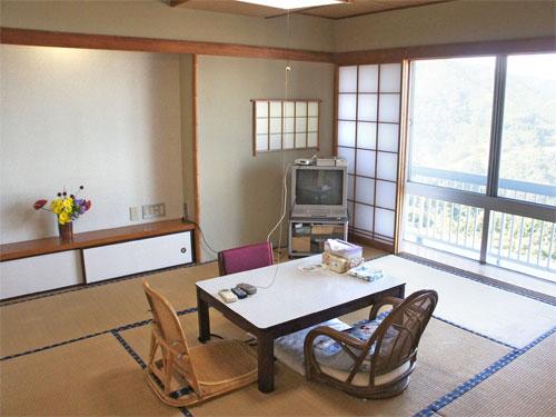 8畳と広縁の広々和室