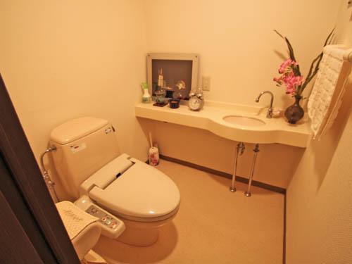 手洗い付きで広いトイレ