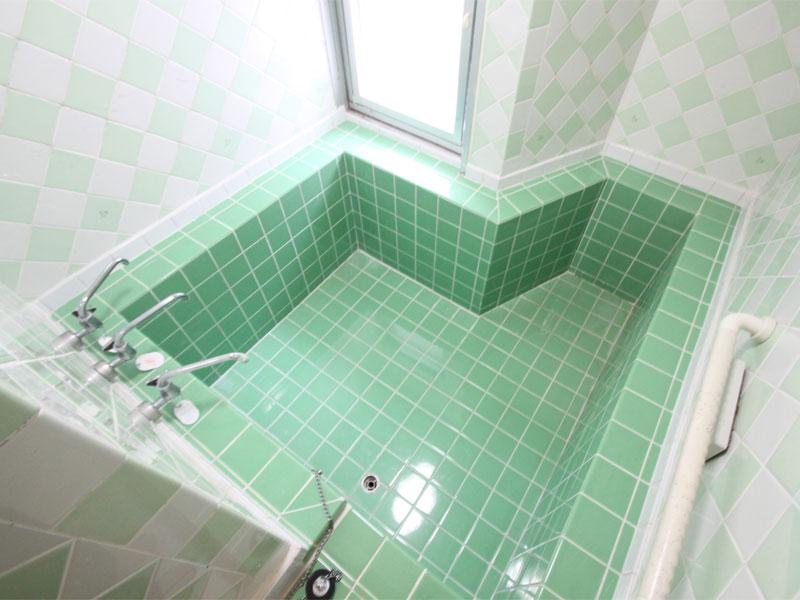 広い浴室 シャワーが二つあります。