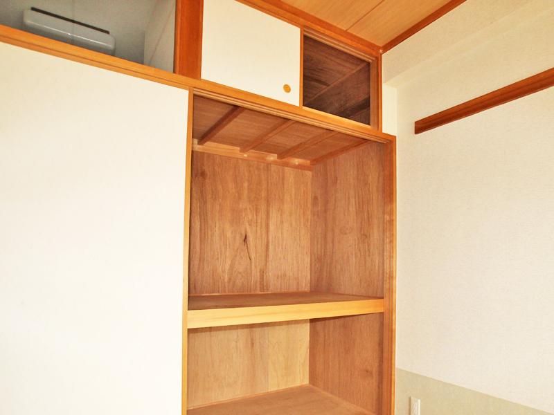 和室には上部収納付の押入があります