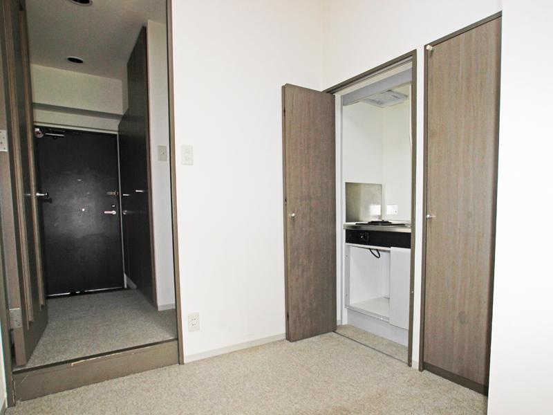 玄関とキッチン・収納の様子