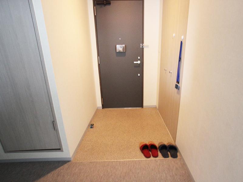 玄関はフラット