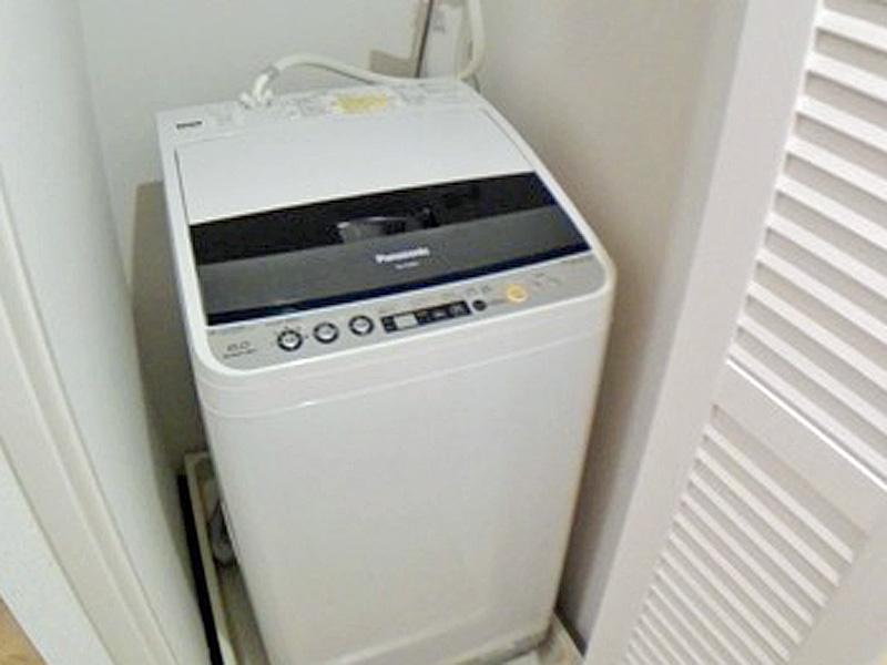 ルーバーで通気性を確保しながら隠した洗濯機