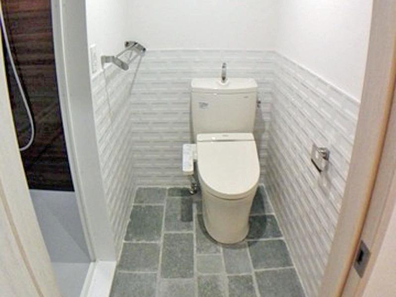 トイレ兼脱衣所 床はイングランド産、壁はスペイン産のタイルを使用しています