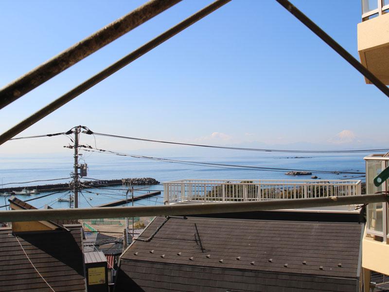 バルコニーから相模湾と富士山を望む