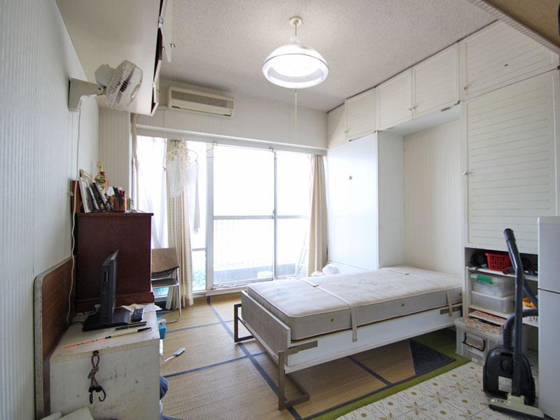 収納ベッドのある洋室