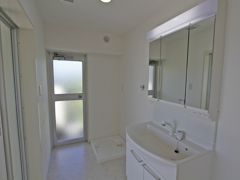 ホワイトで統一された清潔感ある洗面所