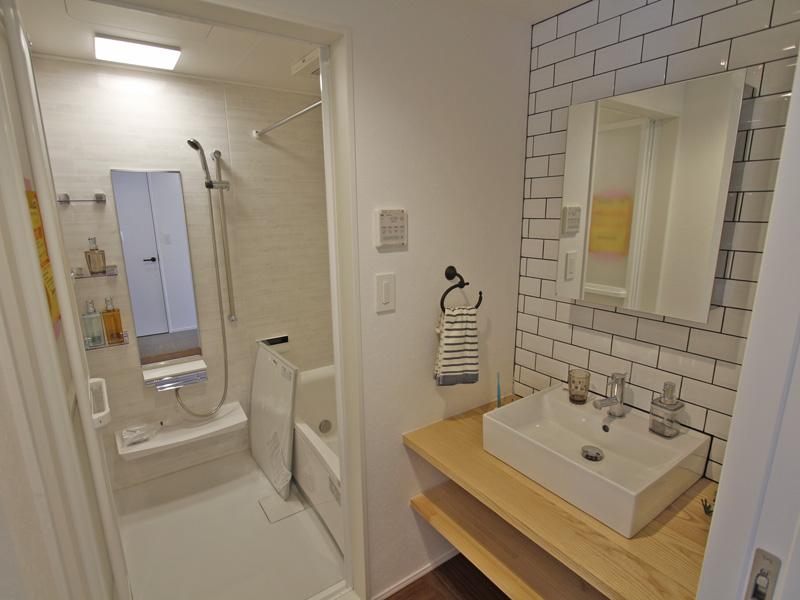 洗面化粧台と乾燥機付浴室