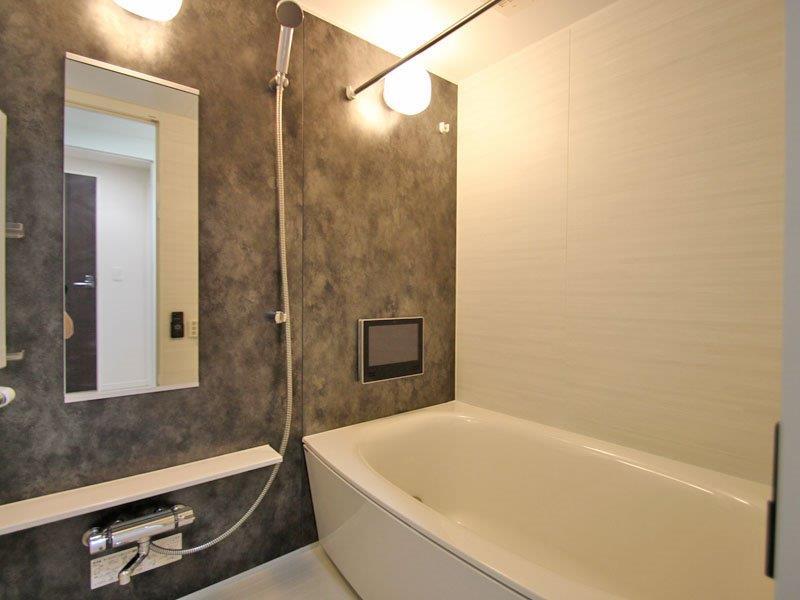 テレビモニター付きの浴室
