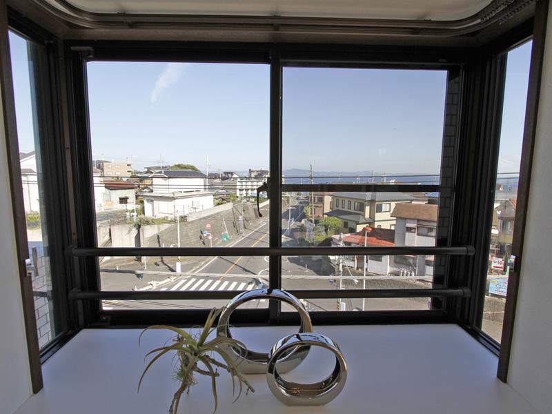 洋室の出窓からも海が見えます