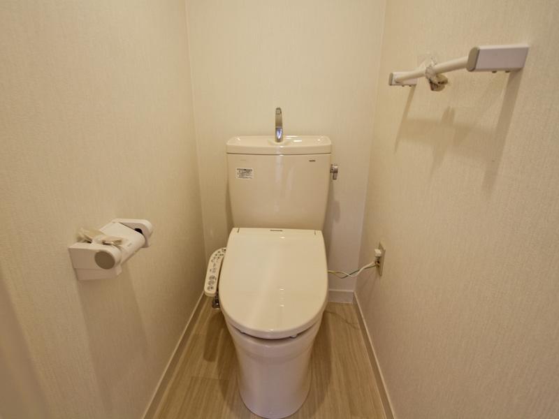 新規温水洗浄便座付きトイレ