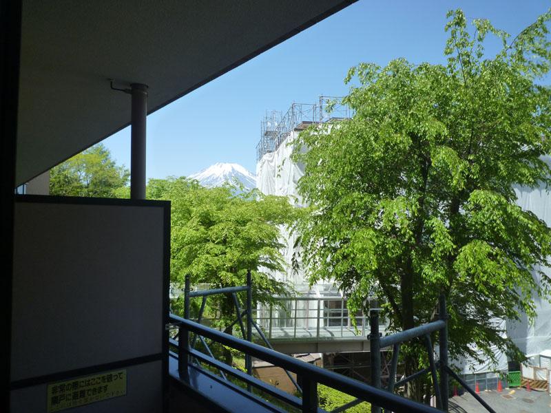 バルコニー左手に富士山を望みます