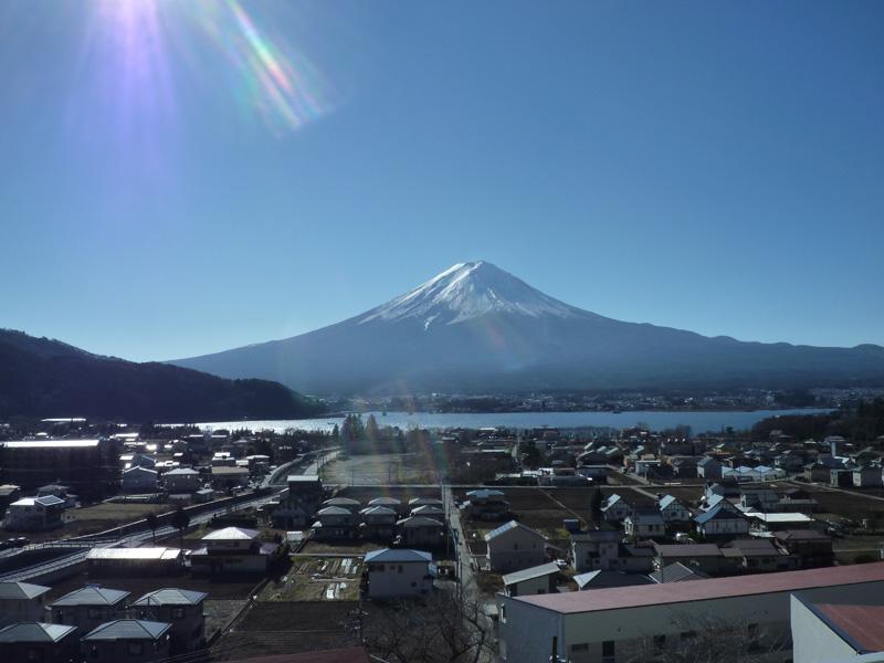 富士山と河口湖を望みます