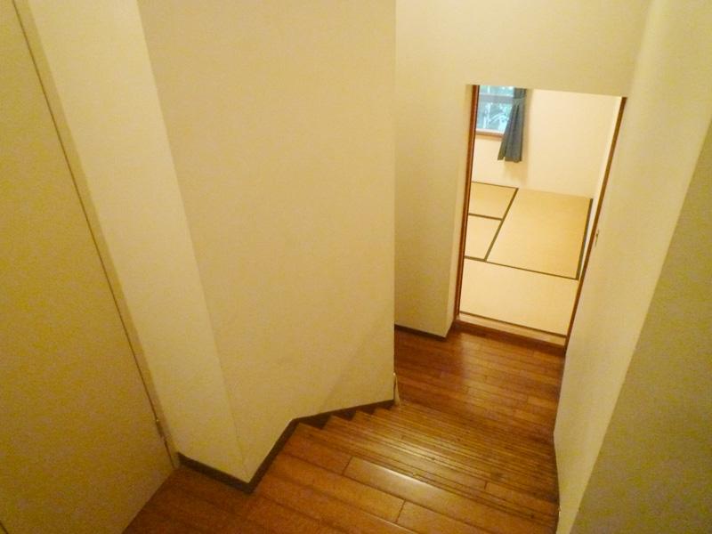 玄関ホールから和室へ降りる階段