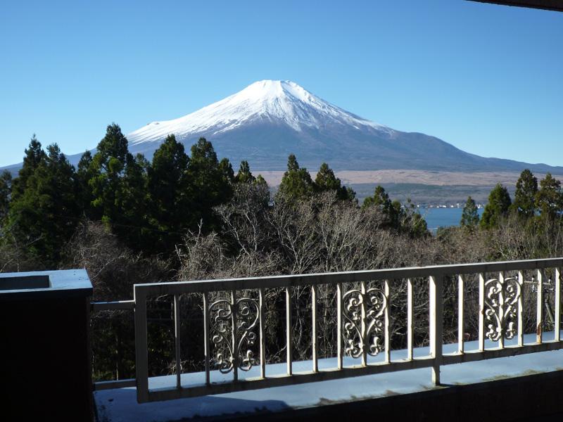 お部屋から富士山と山中湖を望みます
