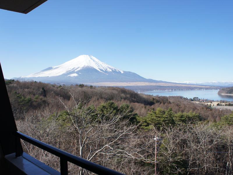 左手に富士山と山中湖を望みます