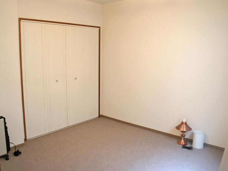 サンルームに面した洋室