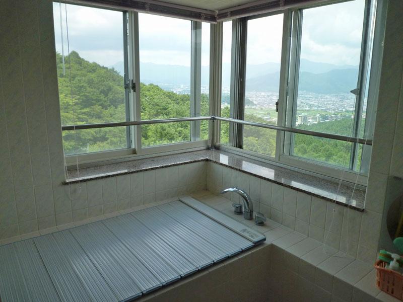 浴室からは富士吉田市内を一望