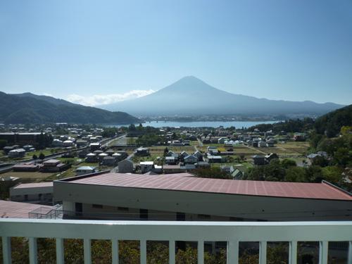 お部屋から富士山と河口湖を望みます