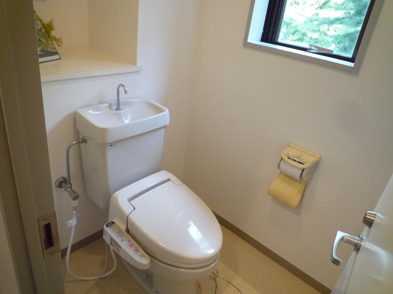 窓があり明るいトイレ