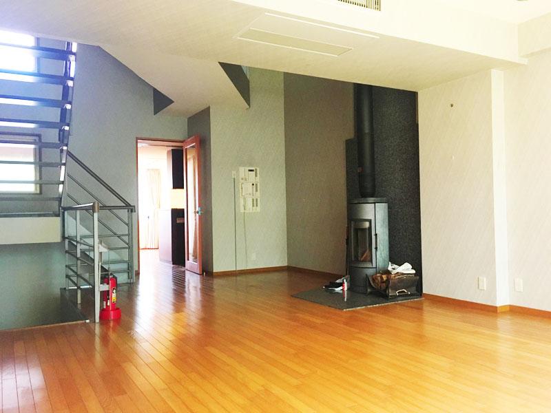 2階リビング 暖炉・階段側