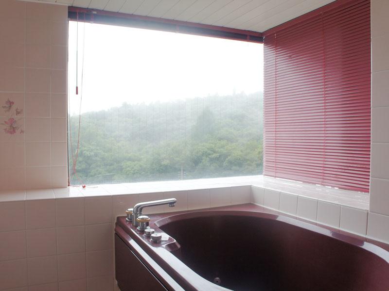 窓付きで開放感がある浴室