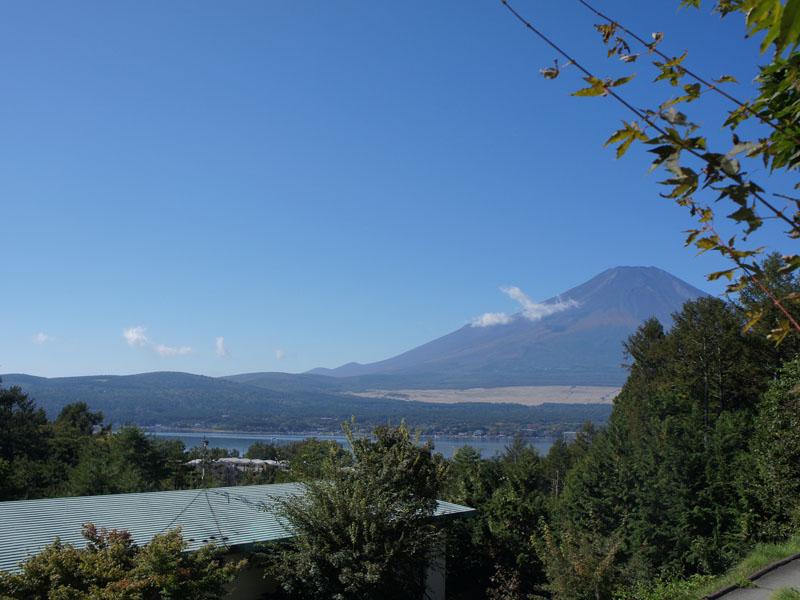 晴れていると富士山と山中湖を望みます