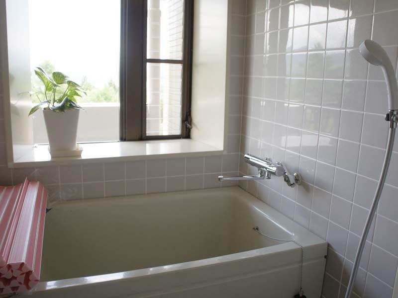 窓があり明るい浴室