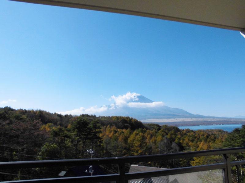 リビングから富士山と山中湖を望みます