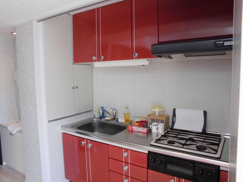 収納扉付きのキッチン