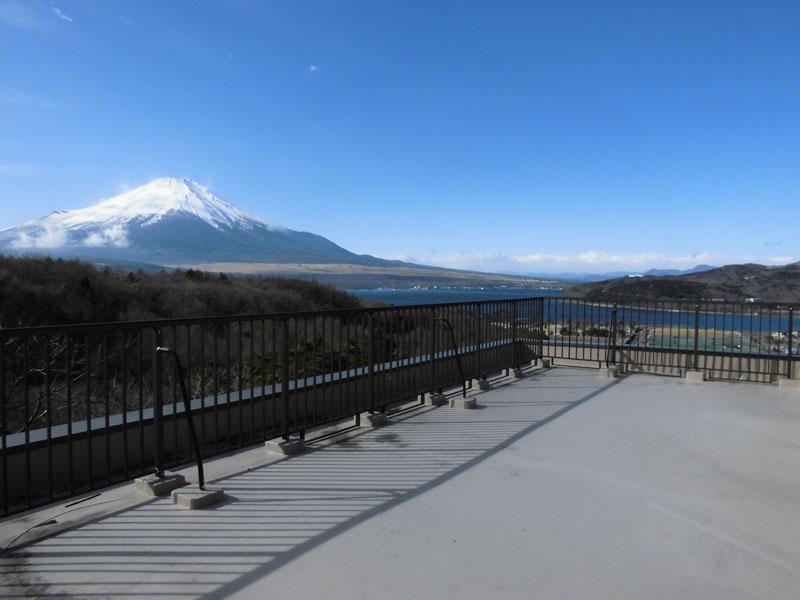 富士山と山中湖が一望できるルーフテラス