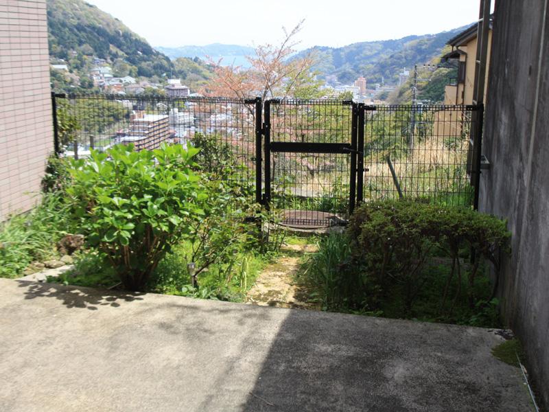 専用庭と眺望(眼下に湯河原の街並み・海・真鶴半島をのぞみます)