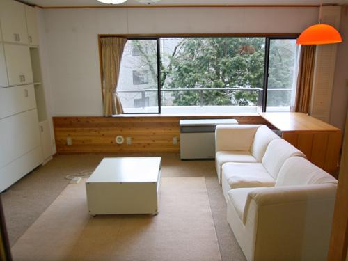 白とウッドの内装で温かみのあるリビング