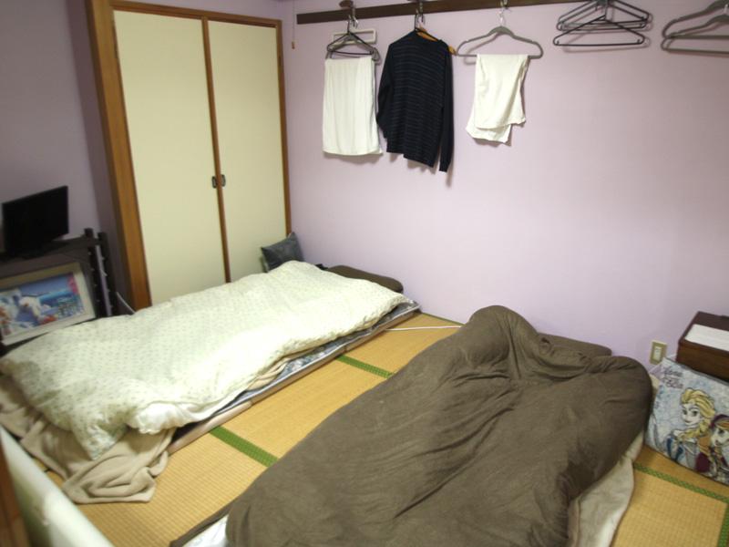 和室の壁は薄い藤色に
