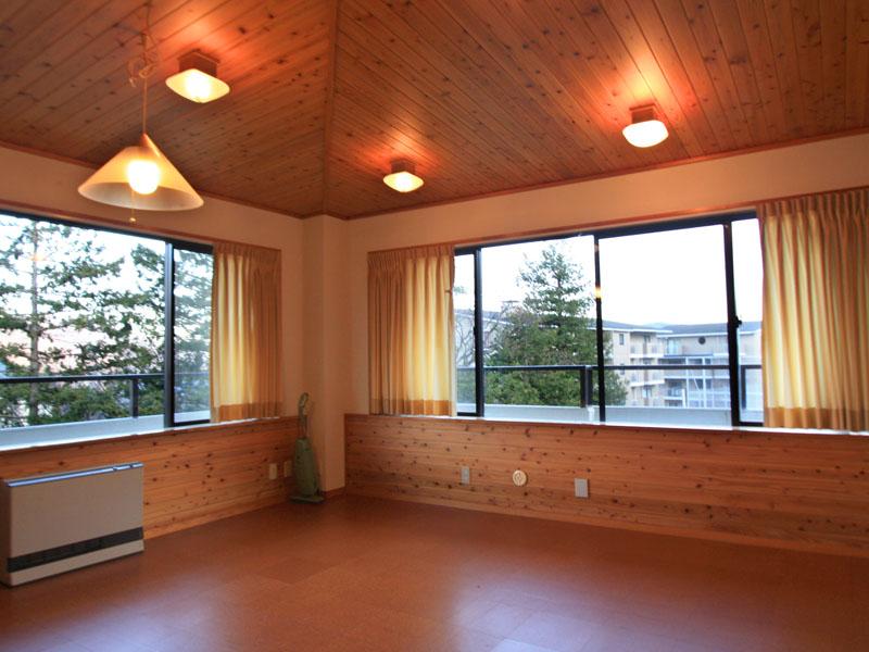 天井に合わせたコルク材の床で山小屋風のリビング
